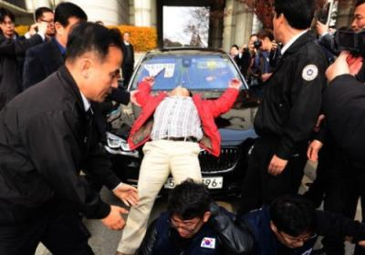 韓国で在宅起訴された産経新聞・前支局長の加藤達也氏(48)の初公判、起訴事実を全面的に否認し、争う構え … 閉廷後、加藤氏が乗った車に生卵投げ付けられ、外務省局長「適切な対応を」