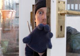 しつこいチャイム音。ドアに静かに近づいたら突然ガチャガチャガチャと鍵を回す音が!そして鍵がカチャっと回った
