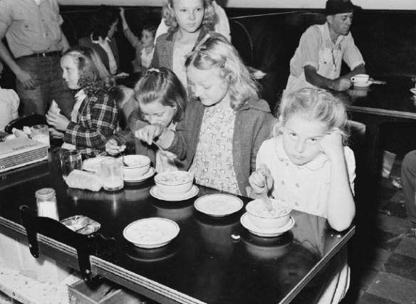 残った給食を児童の膝にひいた布巾に全部ぶちまける先生がいた