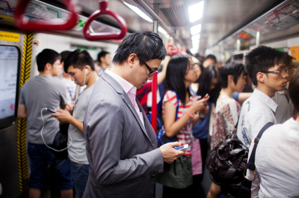 電車内で新聞読むのはよくてスマホはダメと言う基準が意味不明