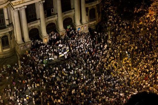"""ブラジルでワールドカップに""""反対""""する20万人規模のデモ 「無駄遣い」"""