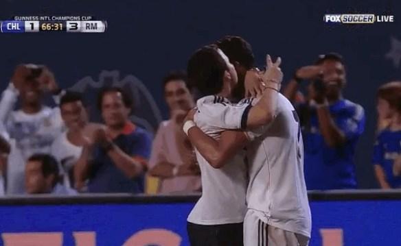 クリロナが乱入してきた観客と熱い抱擁 前監督モウリーニョ率いるチェルシーと早くも対決!(動画)