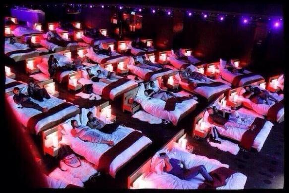 【画像】ギリシャの映画館快適すぎワロタwwwwwwwwwwwww