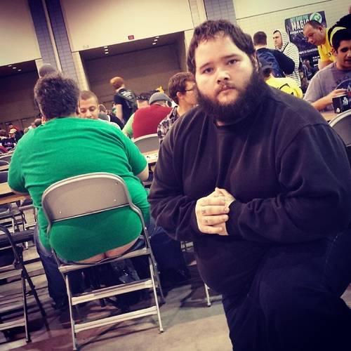 【画像】カードゲームの大会で他人の尻を狙い続ける男性が話題に