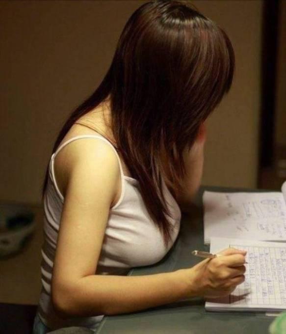 【けしからん】机の上にオッパイ置くデカ乳の画像えろすぎワロタwwwwwwwwwwwwww