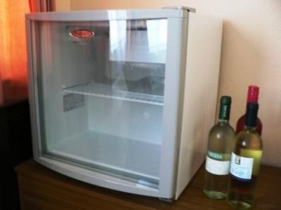 【朗報】自室にちっさい冷蔵庫置いた結果wwwwwwwww