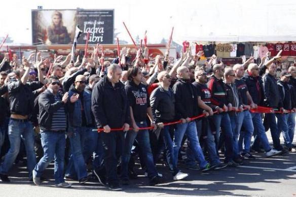 【画像】ミランのウルトラスが抗議のために大集合 怖そうなオッサンばっかでワロタ