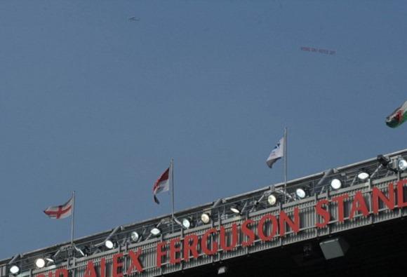 「モイーズ出て行け」…マンUサポによる飛行機を使った横断幕!オールド・トラフォード上空に登場