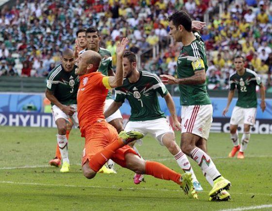 ロッベン、前半のダイブを認めるも最後はPKだったと主張…メキシコ側は激怒