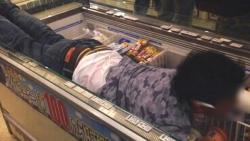 【悲報】今年もコンビニの冷蔵庫に入った奴が現れる