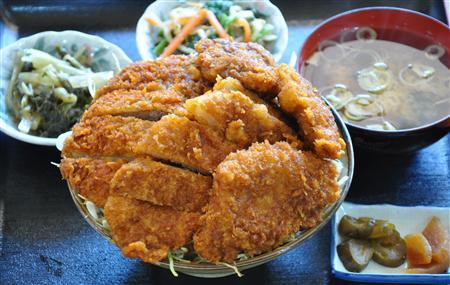 丼からはみ出た柔らか美味カツは、肉汁たっぷり…群馬・道の駅上野の「いのぶたソースカツ丼十石盛り」