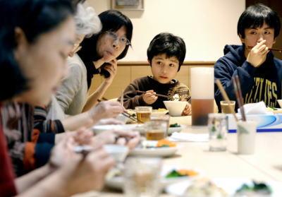 都内の母親(50)、小6の長女(12)に「さあ、おにぎりパーティーの始まりよ」 子どもの貧困6人に1人