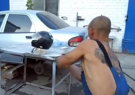 ロシア人「ヤマハ製のバイクのヘルメットと中国製のヘルメット、鉄パイプでぶん殴って比較してみた」 (動画)