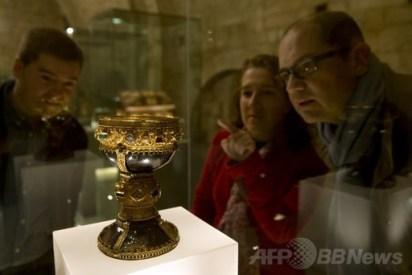 スペインの教会に展示されていた絢爛豪華な杯、伝説の「聖杯」であると特定か … 一目見ようと人々が殺到 - スペインのサン・イシドロ教会 (画像)