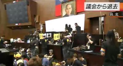台湾立法院の占拠から24日目、学生らが退去し、外に集まっていた大勢の市民の出迎えを受ける