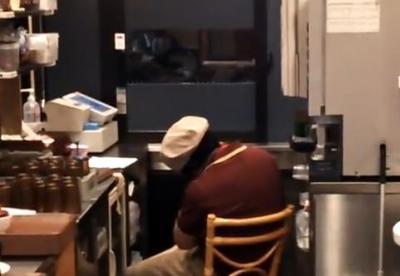 """職場環境が問題視されている「すき家」の店員、営業時間中に爆睡する姿に同情の声 … レジの""""呼び出しボタン""""を押してもなかなか起きない動画も (動画あり)"""