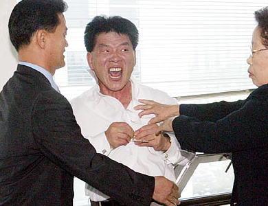「韓国国営テレビのKBSが『300人死亡なんて大した事ない』と言ったらしい」との報道 → 遺族がKBS幹部に暴行、病院送りに → 報道局長が辞任、KBSは発言自体は否定しつつも社長が謝罪