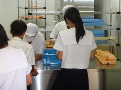 """""""仕出し弁当方式""""の給食を開始した大阪市の中学校、「給食の量が少ない!お腹すいて倒れそう」との声に、「おかわり自由に」"""