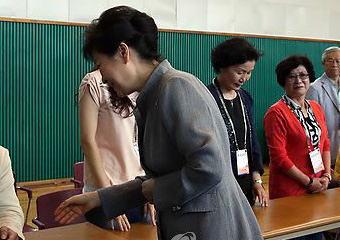 朴槿恵大統領、握手を求め手を差し出す → 選挙立会人、席に座ったまま拒否 (画像)