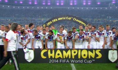 W杯決勝、ドイツが延長戦の末にアルゼンチンを1-0で下し6大会ぶり4回目の優勝 … 大会MVPはメッシ(爾)、最優秀GKノイアー(独)、得点王にハメス・ロドリゲス(哥)