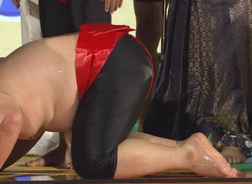 めちゃイケの三中、フジ27時間テレビの相撲対決にてキムタクの体をひっかいて怪我をさせ土下座 (動画)