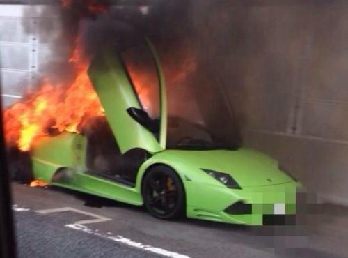 首都高速都心環状線でランボルギーニ・ ムルシエラゴが炎上、一時通行止めに … 男女2人が乗ってたが、ケガは無し (画像)