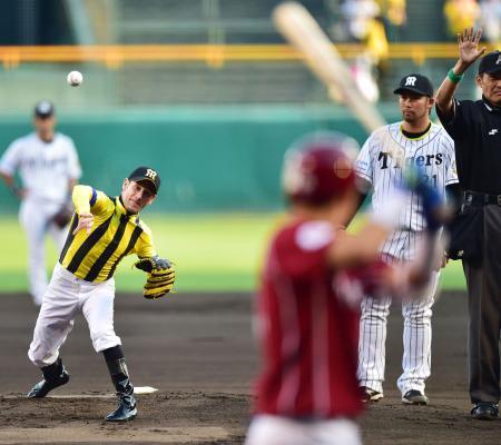 【競馬】 デムーロ騎手が甲子園で始球式www