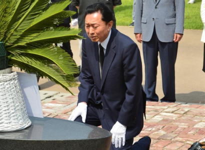 韓国を訪問中の鳩山由紀夫、西大門刑務所の跡地を訪問の際、跪き額ずいて「心から申し訳なく、おわびの気持ちをささげていきたい」と謝罪