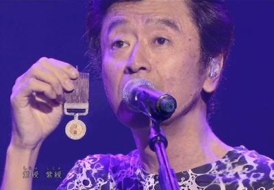 桑田佳祐(58)、ラジオで14分間弁明(音源あり) … 「褒章は段取りを間違えて尻ポケットに」「モノマネは伝達式でのご様子を伝えようとした」「チョビ髭はたまたま。全ては大衆芸能」