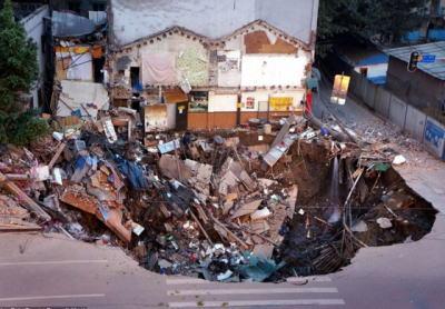 中国の議員、自宅に地下5階建ての地下室をつくろうと18m程地面を掘る → 近隣4軒もろとも地面が崩落 → 周囲一帯15世帯も巻き込む → ケガ人無し、しかし議員は行方不明に