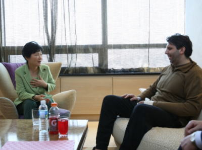 朴槿恵 「私も昔、顔を切りつけられた。その後の人生は『おまけ』だ。大使はこれから韓国のために多くのことをしてくれるだろうと考えている」 リッパート駐韓米国大使(42)を見舞う