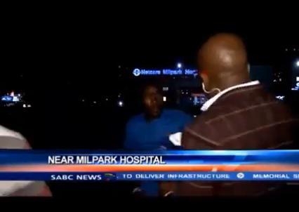 南アフリカのヨハネスブルクで、テレビ生中継中にリポーターが2人組の強盗に襲われる (動画)