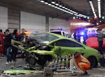 公道で学生らがレース、ランボルギーニとフェラーリが衝突し1人が負傷 … 車両前部が粉々になったランボルギーニや損傷した赤いフェラーリなど、複数の高級車が大破 - 中国・北京
