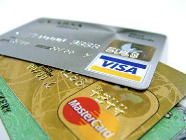 """収入は同じぐらいでクレジットカードを使う人と使わない人、どちらが貯金上手なのか? … アンケートの結果「貯金の多い人」「少ない人」とで""""カードを使う理由""""に違いがあるという傾向に"""