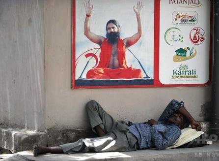 インド全土を襲っている熱波、最高気温が50度に迫る酷暑で26日までに死者800人以上に … 首都ニューデリーでは道路が溶け出す事態も