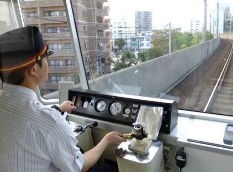 JR東海、乗務中に水分を補給した際に義務付けていた報告を不要に … 東海道線で運転士や車掌が熱中症で搬送される事態が続き、報告を不要にして水分補給を促す