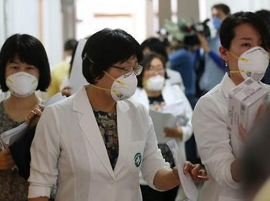 サムスンソウル病院の職員142人にMERS症状の疑い、感染者154人から一気に倍増する可能性 … 更に、サムスン電子水原工場の従業員に感染者が出たとの報道も