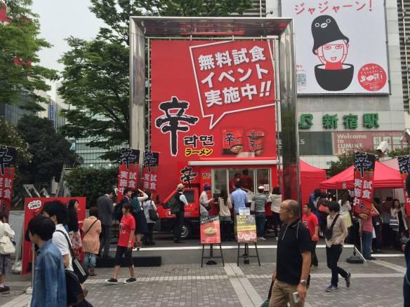 【画像あり】新宿の無料インスタントラーメンに殺到する人をご覧くださいwwwwwwwwwwww