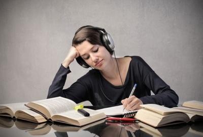 音楽聴きながら勉強してる奴wwwwwwwwwwwwwwwwwwwww