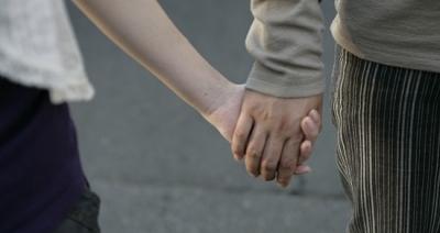 手を繋いでるカップルの間を突破するの楽しすぎワロタwwwwwwwwwwww