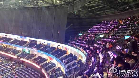 【悲報】韓国の人気アイドルグループ『少女時代』、空席にペンライトを置いて満席偽装する・・・(画像あり)