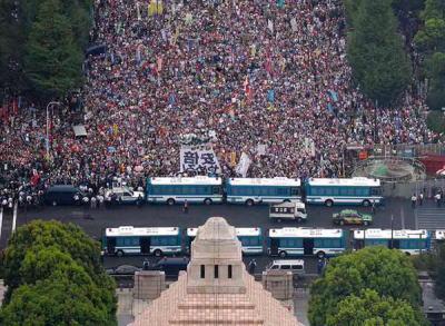 SEALDs主催者「12万人!」 朝日毎日「12万人!」→ 週刊新潮「新聞社ならなぜ自社で調べないのか?専門家が数えたら最大3万3000人、『国会デモ』は張りぼてのデモ」
