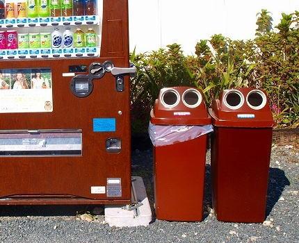 「飲み終えた空き缶、捨てようとしたらゴミ箱がない」 … 自販機の脇やコンビニに設置のゴミ箱が減少中、その理由とは