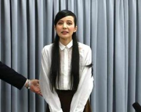 「ゲスの極み乙女。」のボーカル・川谷絵音(27)との不倫が報じられたベッキー(31)、出演CMの一部打ち切りや差し替えが決まる … 現在出演しているCMは10社、違約金は億単位か