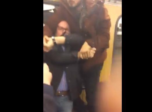 ドイツ・ミュンヘンを走る地下鉄車内で、アラブ系難民グループが乗客の女性にいたずら→ 制止に入った老人に暴行する(動画)