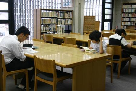 「自習のための図書館利用」は是か非か、論争再燃 … 自習の禁止で学習室が廃止され読書席はすぐに満席 「図書館では勉強できるものだと思っていた」「一般の利用者の妨げ」