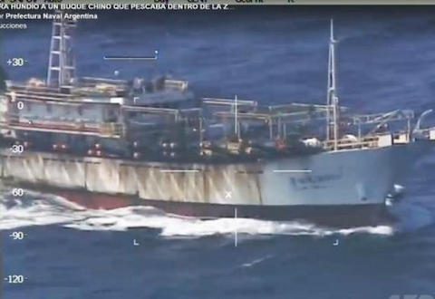 南大西洋で違法操業し、アルゼンチンの沿岸警備隊の停戦を無視し撃沈された中国漁船、中国外務省が事態に「強い懸念」を表し、アルゼンチンに再発防止策を要求