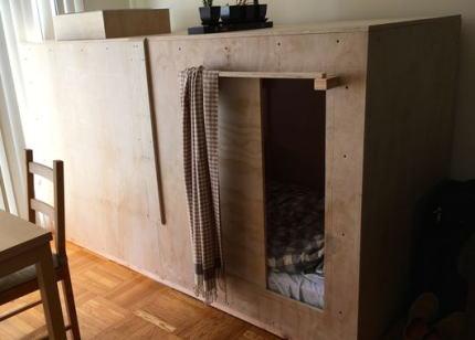 """家賃が異常に高騰している米サンフランシスコにて、25歳の若者が日本のカプセルホテルからヒントを得て、""""箱の中""""で住み始める(画像) … 箱の家賃は月6万円"""