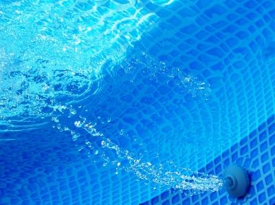 水の中で音楽を!防水スピーカー登場!! 俺「水の中じゃ、音聞こえんだろ・・・・」
