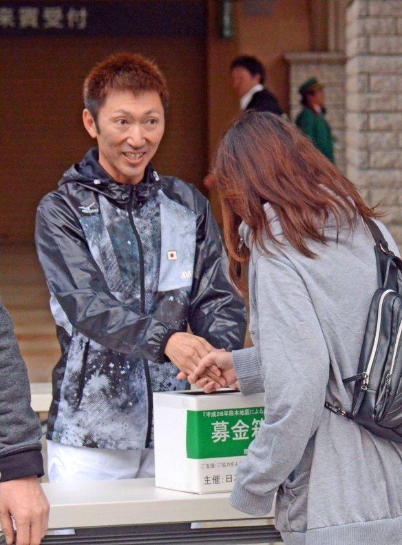 【競馬】 蛯名騎手、募金活動で笑顔を見せ握手